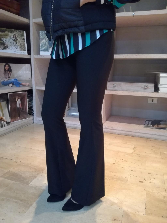 pantaloni neri a zampa Rinascimento